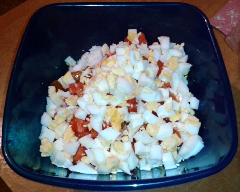Nūdelēm pievieno kubiciņos sagrieztu sieru, krabju nūjiņas.