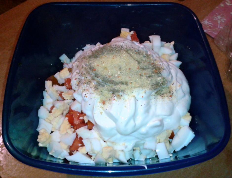 Svaigumam piegriež klāt tomātus, pievieno sagrieztas olas.