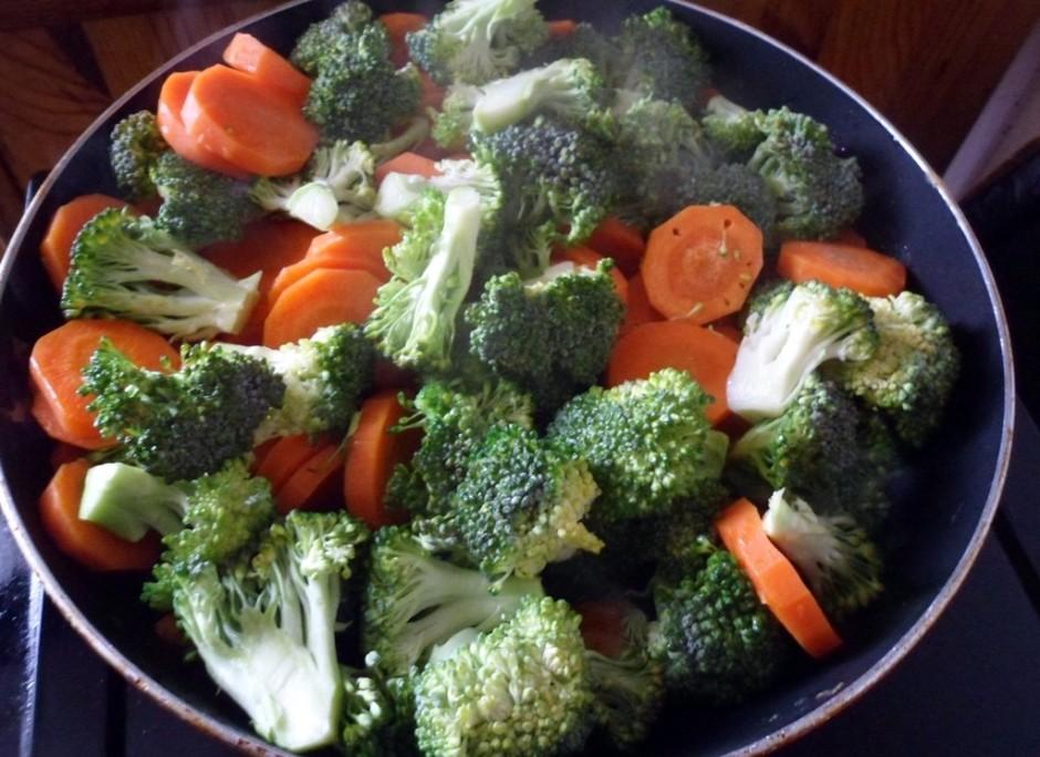 Tad sagriež brokoļus un liek klāt burkāniem. Visu kopā mazli...