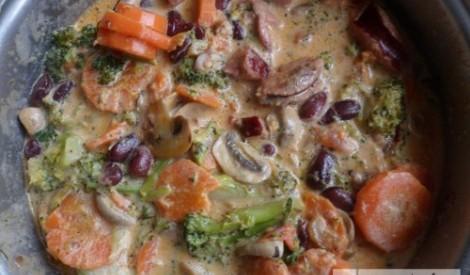 Dārzeņu sautējums ar brokoļiem un sēnēm