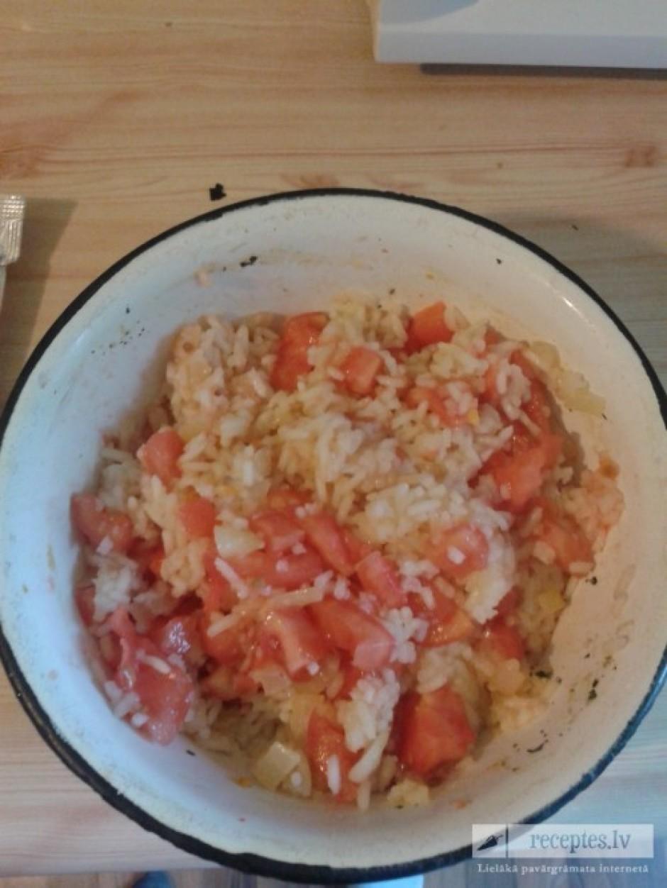 Izvāra rīsu paciņu un sajauc kopā ar sagrieztu tomātu un apc...