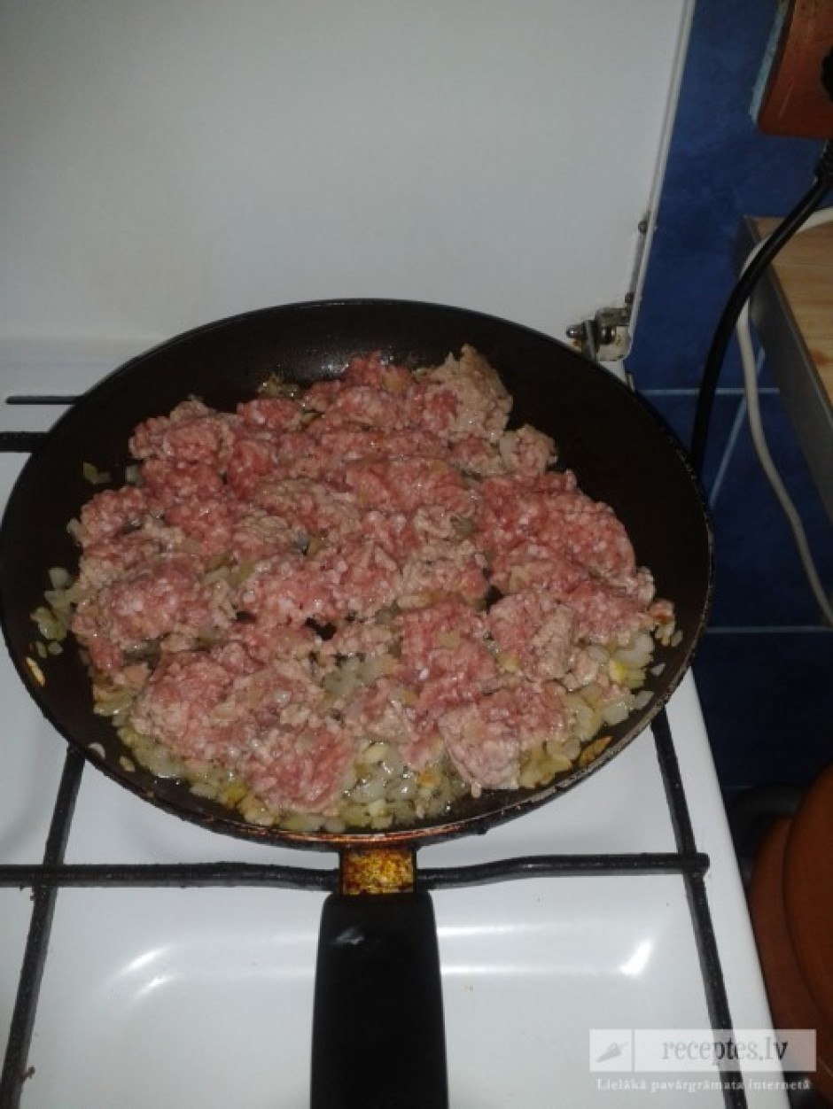 Smalki sagriež sīpolu un ķiploku, cep kopā ar malto gaļu.