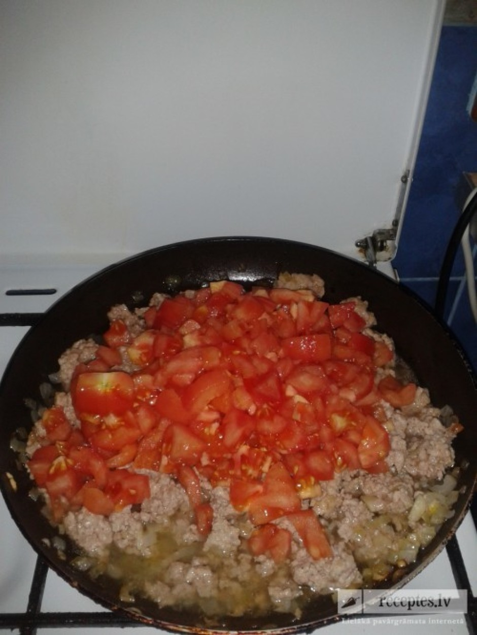 Kamēr cep malto gaļu, tomātus aplej ar karstu ūdeni, lai var...
