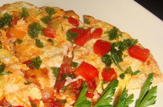 Brokastu omlete ar gaļu, dārzeņiem un sieru