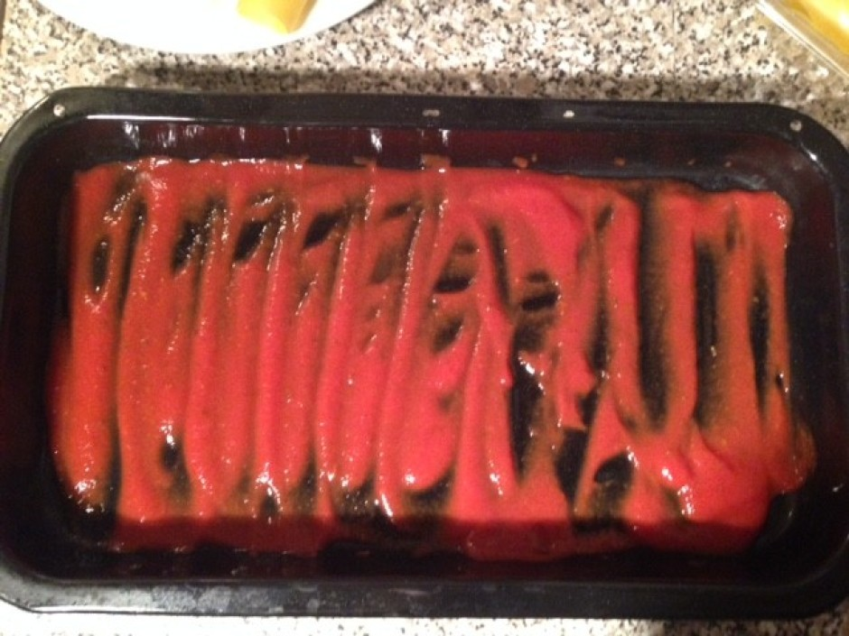 Atlikušo pastu vai sakapātos tomātus iesmērē cepamajā traukā...