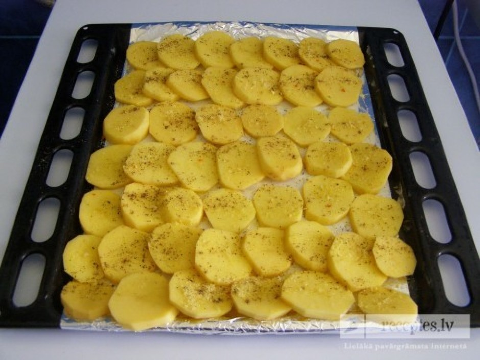 Nomizo un sagriež rimbulīšos kartupeļus, un saliek uz pannas...