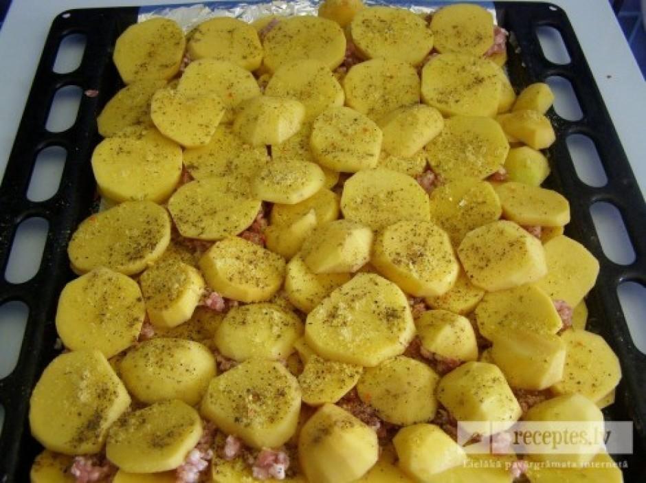 Uzliek pa virsu maltajai gaļai vēl vienu kārtu kartupeļu un...