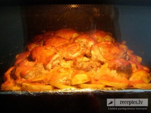 Cepeškrāsnī cepti kartupeļi ar vistu