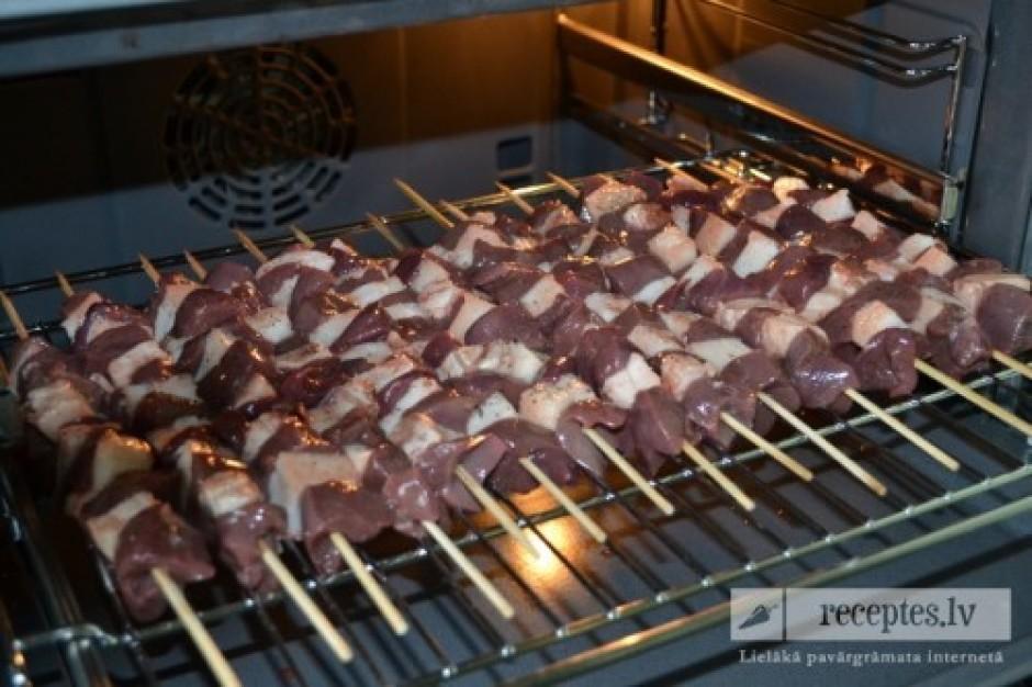 No abām pusēm gaļas iesmiņus apkaisa ar sāls un piparu maisī...