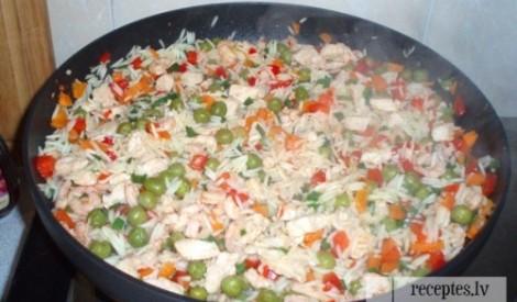 Cepti rīsi ar garnelēm, vistu un dārzeņiem