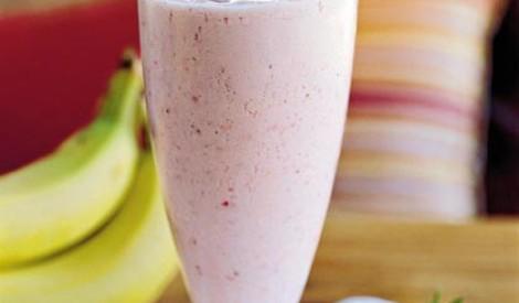 Atjaunojošs piena - augļu kokteilis