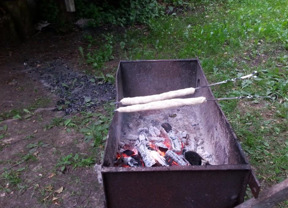 Cep uz grilla oglēm, ne uz uguns. Cepot apgroza, lai apbrūnē...