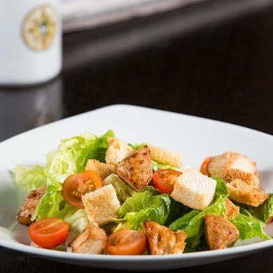 Grilētas vistas salāti ar grauzdiņiem