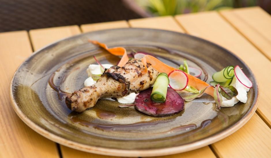 Grilēti vistu stilbiņi ar svaigsiera salātiem un plāni grieztiem dārzeņiem