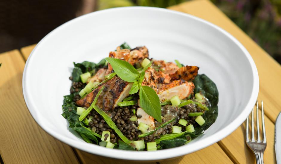 Cāļa fileja pasniegta ar spinātu salātiem ar cukurzirņiem un graudu sinepju mērci