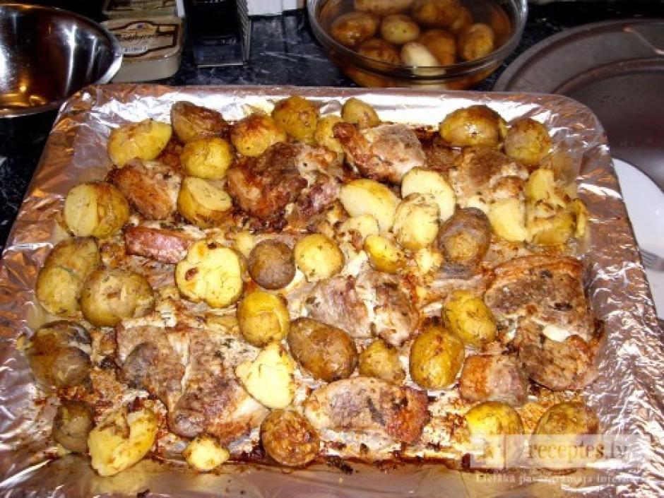 Apmēram pēc 45 min. pieliek klāt jau izvārītos kartupeļus un...