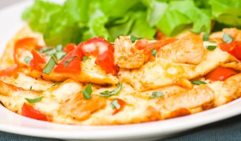 Ātrā omlete ar šķiņķi un tomātiem