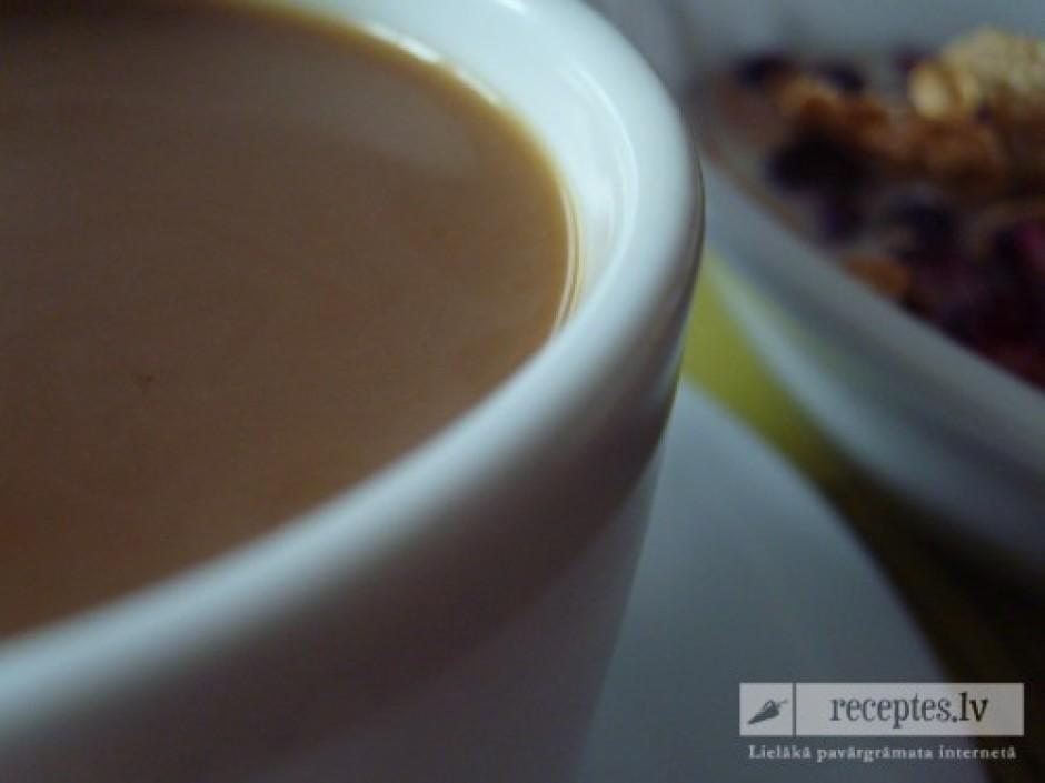 Pie musli brīniškīgi piestāv garšīga rīta kafija un glāze sv...