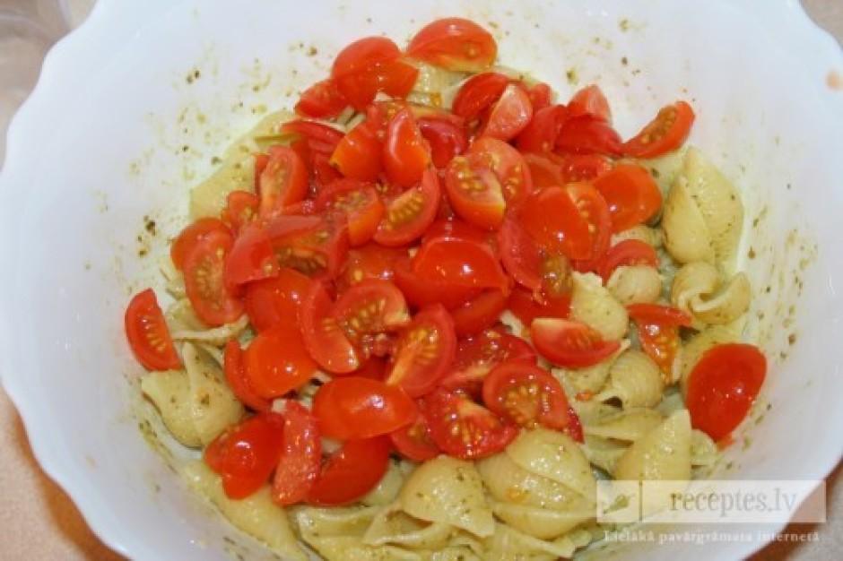 Ķiršu tomātiņus nomazgā, sagriež katru 4 daļās, pievieno mak...