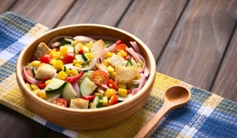 Svaigu dārzeņu salāti ar grauzdiņiem