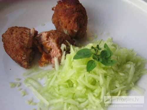 Maltas gaļas veltnīši ar sēnēm un gurķu salātiem