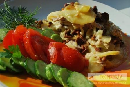 Kartupeļu sacepums ar gailenēm un vistu