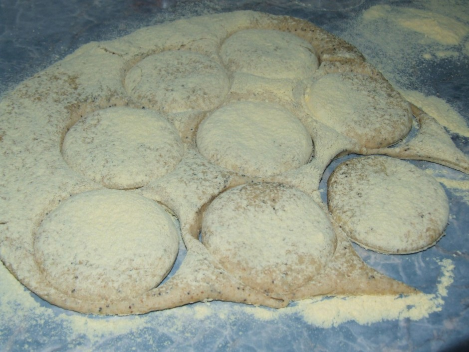 Apber virsu ar kukurūzas miltiem un ar glāzi spiež maizītes.