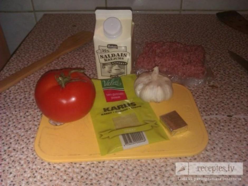 Uz pannas apcep malto gaļu + karijs, tā, lai būtu smuki brūn...
