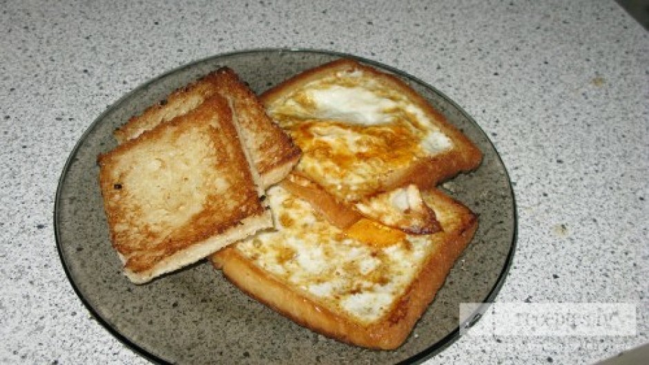 Izgrieztos maizes kubiņus, apcep kā grauzdiņus, no vienas pu...
