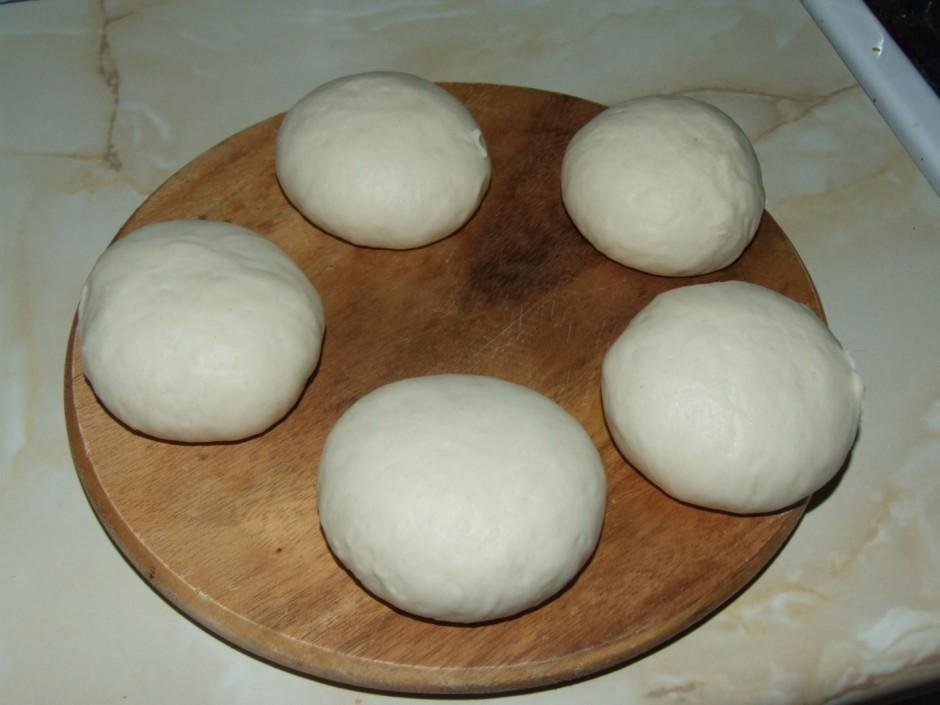No uzrūgušās mīklas veido maizītes, lai tās būtu skaistas, g...