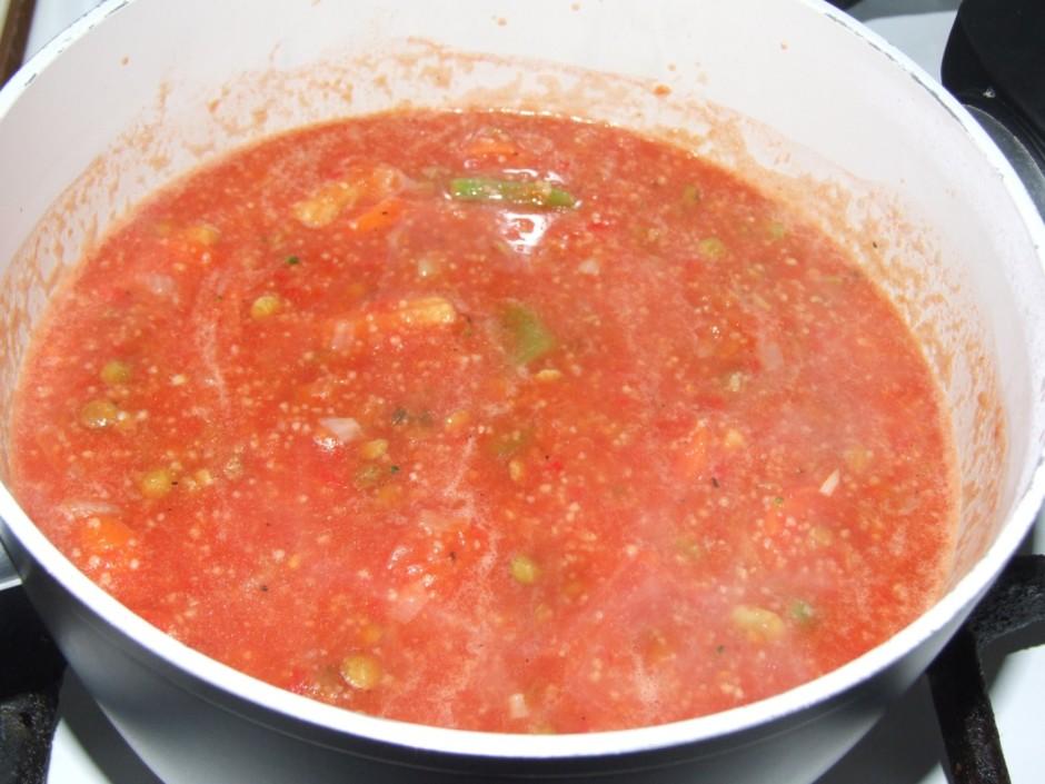 Katliņā liek tomātu biezeni un pannas sastāvu. Pievieno garš...