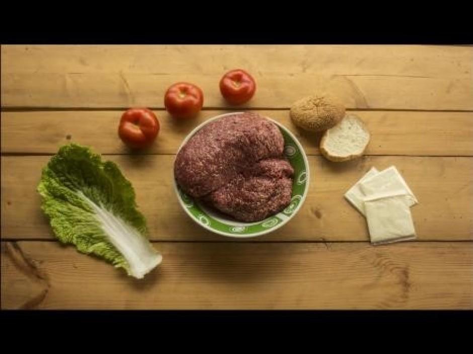 Sākumā sagatavo burgera gaļas masu, kura sastāvēs no kopā sa...