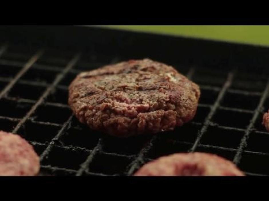 Gaļas plācenīti uz grila cep aptuveni 7-8 minūtes, attiecīgi...
