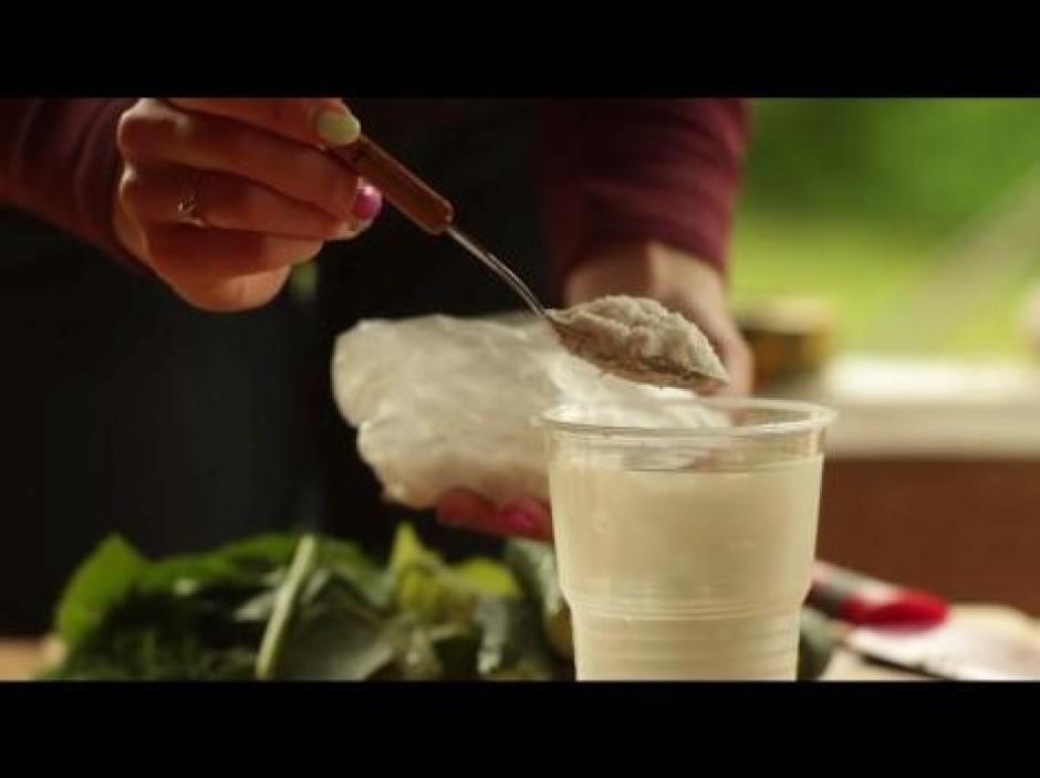 Sagatavo sālsūdeni. Uz 0.5 l ūdens ir nepieciešama 1 ēdamkar...