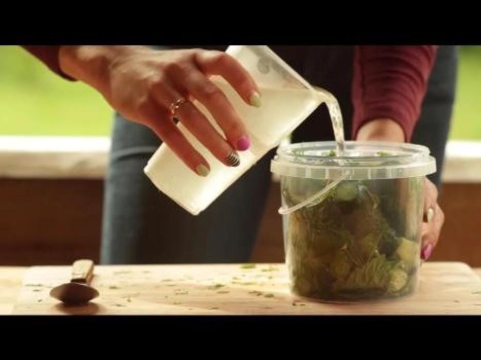 Nobeigumā pievieno sagatavoto sālsūdeni un noslēdz trauku.