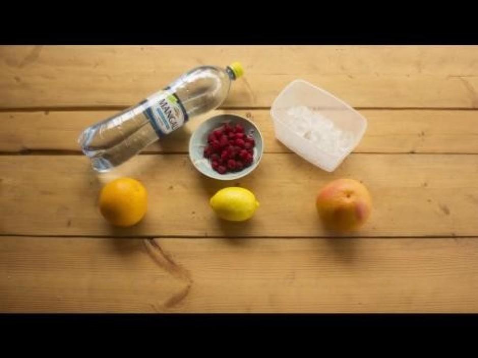 Sagatavo 1 l tilpuma trauku, kurā pasniegs dzērienu.