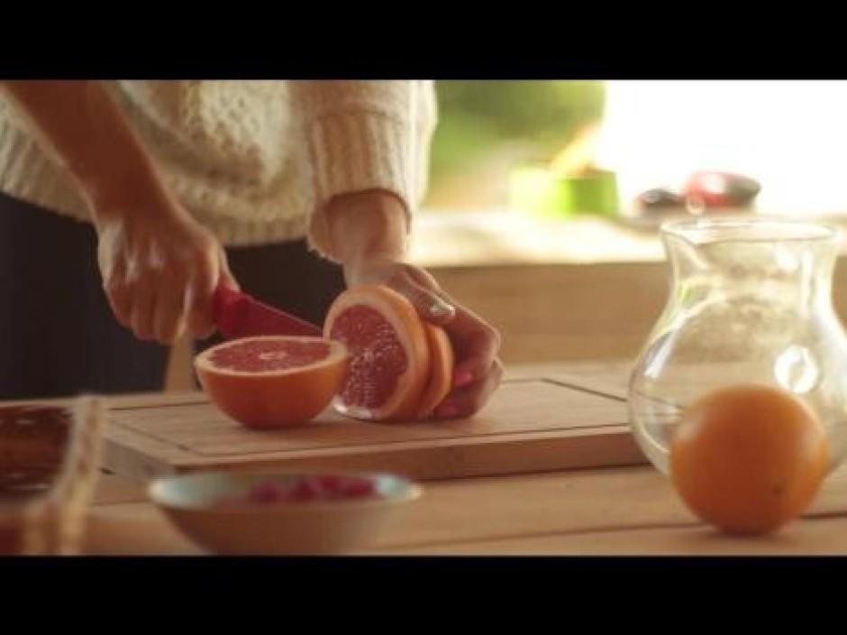 Nogriež vienu 1 - 2 cm biezu greipfrūta šķēli un liek iekšā...
