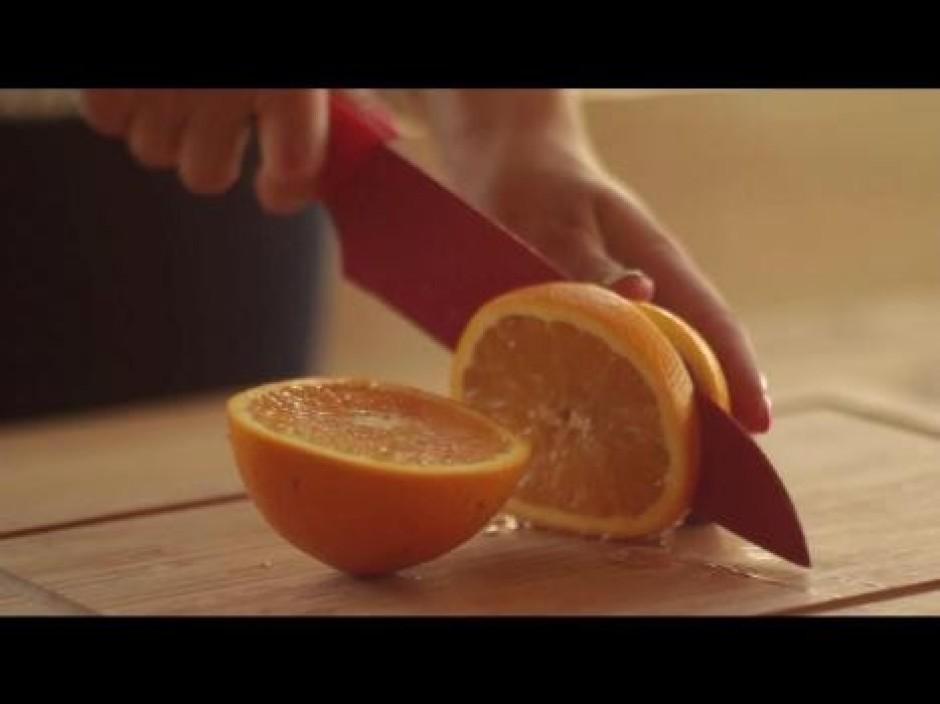 Sagatavo aptuveni tik pat lielu apelsīna šķēli un liek trauk...