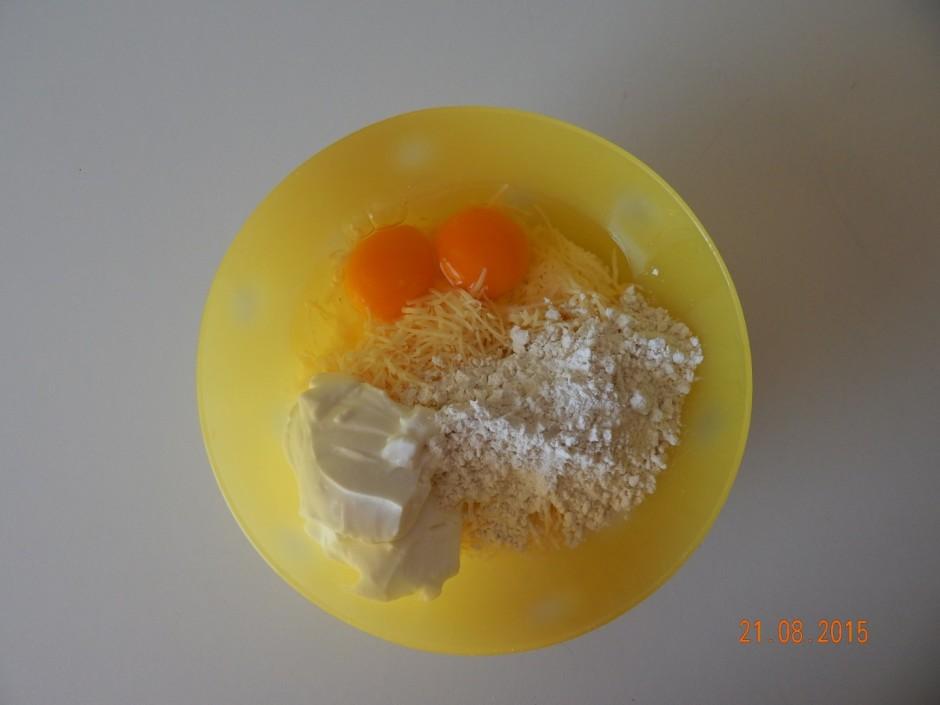 Gatavo mīklu: sieram pievieno olas, krējumu vai majonēzi,mil...