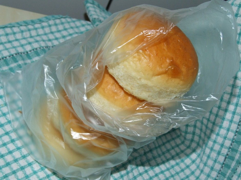 Tur līdz atdziest. Šādi maizītes uzsūks tvaikus un būs pūkai...