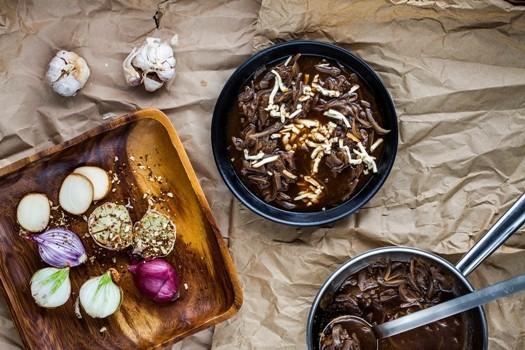 Karamelizētu sīpolu zupa ar ķiplokiem un kūpinātu sieru