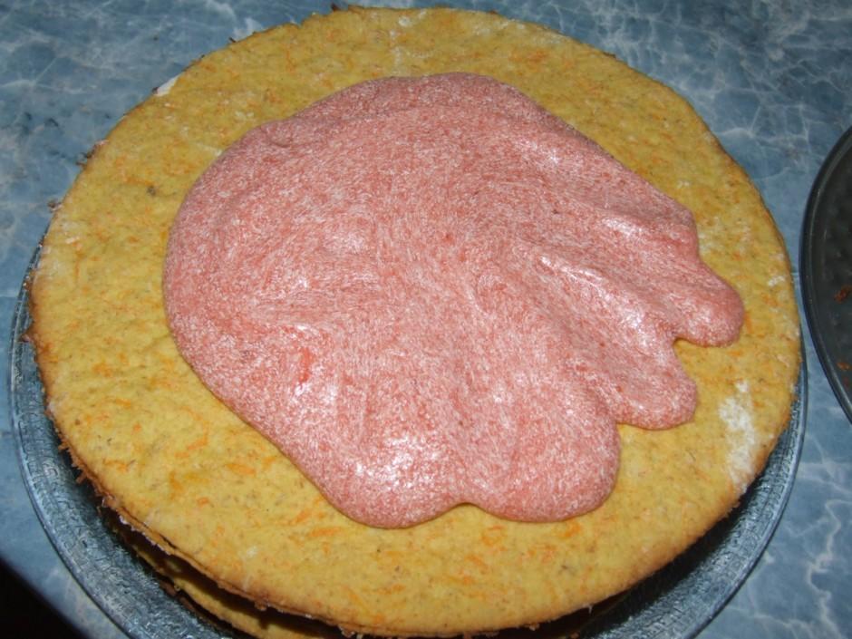 Apsmērē kūkas sānus ar krēmu, apber ar grauzdētām mandeļu sk...