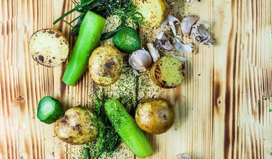 Kartupeļi ar sviestu un marinētiem gurķiem