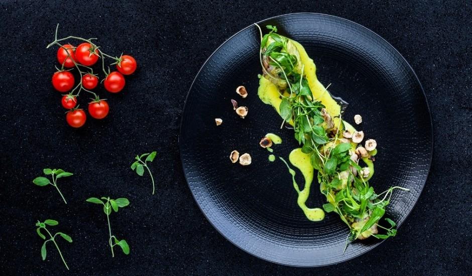Vistas gaļa ar koriandra un lazdu riekstu salātiem un dzeltenu karija uzpūteni