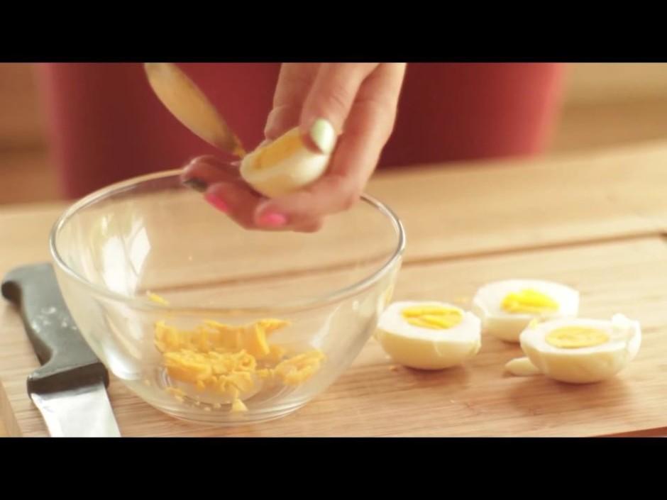 Atseviškā traukā atdala olas dzeltenumus no olas baltuma.