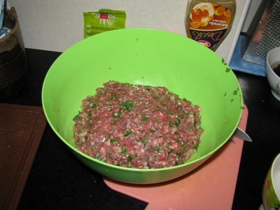 Pannā sacep gaļu ar sasmacinātiem sīpoliem, ķiploku, garšvie...
