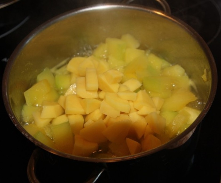 Kartupeļus nomizo, sagriež mazos kubiciņos un liek klāt ķirb...