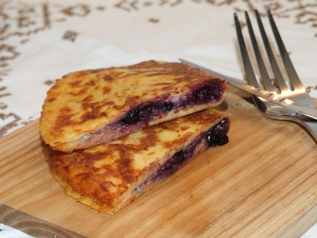 Burkānu pankūkas ar siera, melleņu pildījumu