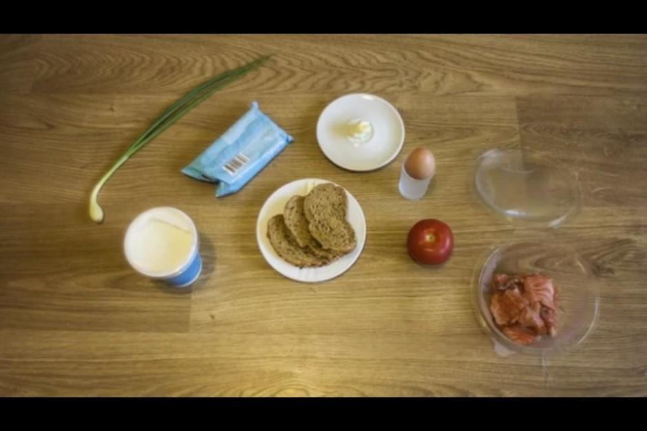 Traukā sakuļ 3 olas. Uz pannas izkausē piciņu sviesta un lej...