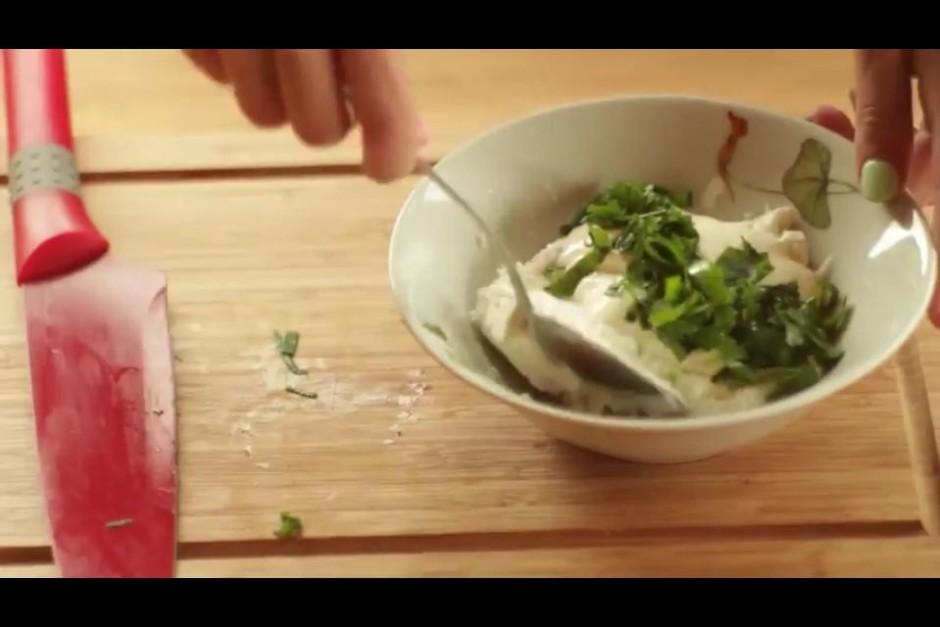 Kad omlete gatava, atsevišķā traukā gatavo biezpiena masu. B...